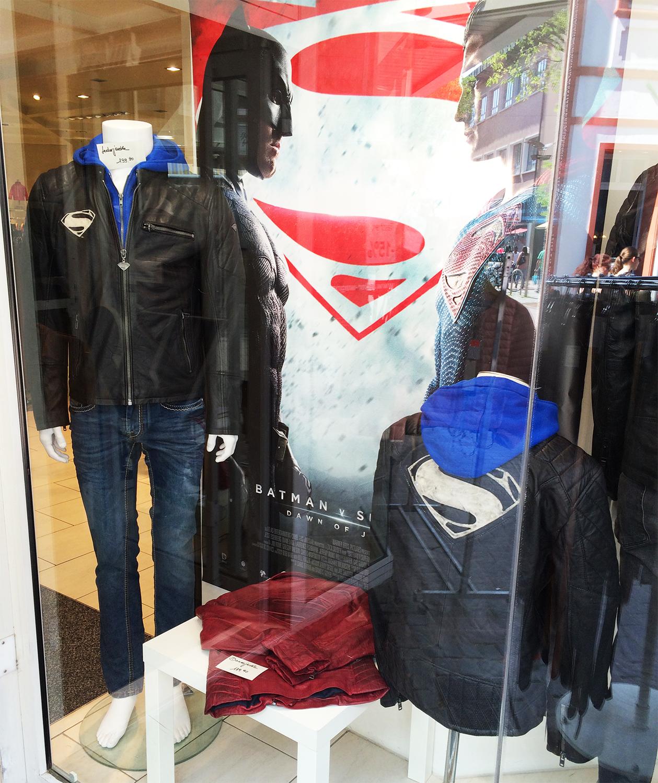 Neue Schaufenster Dekoration mit Superman Lederjacken | Blog